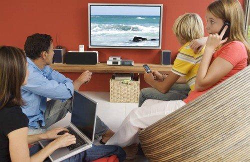 Семья у экрана телевизора