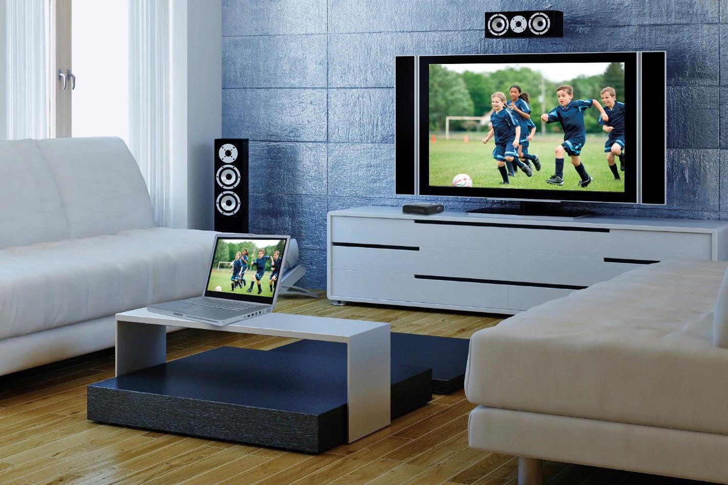 Телевизор на столе рядом с ноутбуком