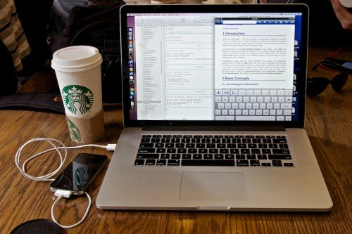 MacBook с айфоном соединенные через USB провод