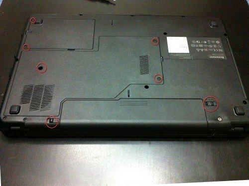 Задняя крышка ноутбука с отмеченными местами крепления