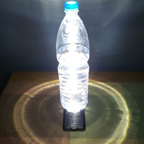 фонарик из бутылки и телефона