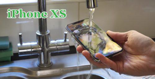 iPhone XS под струёй воды