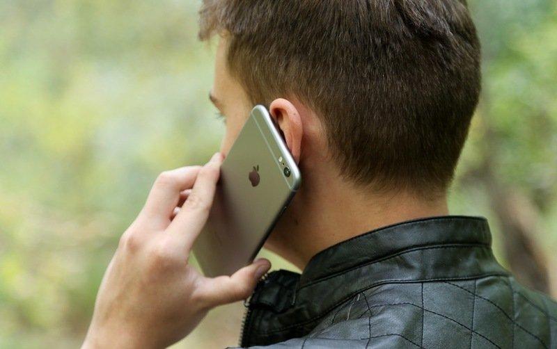 Телефон у левого уха