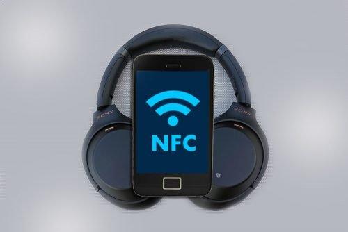Смартфон и наушники с поддержкой технологии NFC