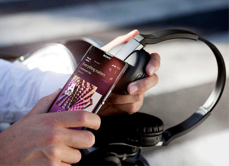 Беспроводная технология NFC позволяет установить быстрое сопряжение между смартфоном и наушниками