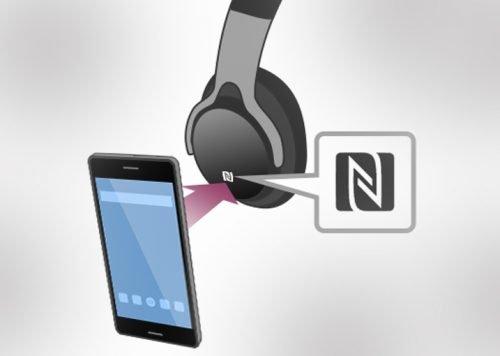 Смартфон направлен на метку N-Mark, расположенную на чаше наушников