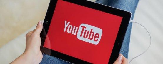 человек смотрит youtube