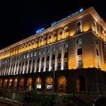 Освещённое здание ночью — снимок с камеры смартфона Galaxy A80