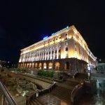 Снимок освещённого здания ночью широкоугольной камерой Galaxy A80