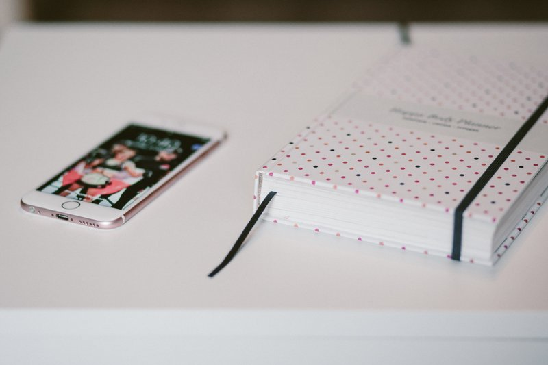 Записная книга и телефон