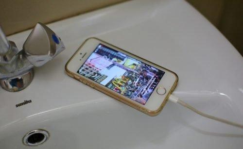 Телефон на зарядке в ванной