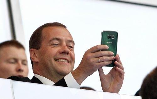 Телефон Дмитрия Медведева — чем пользуется премьер-министр страны